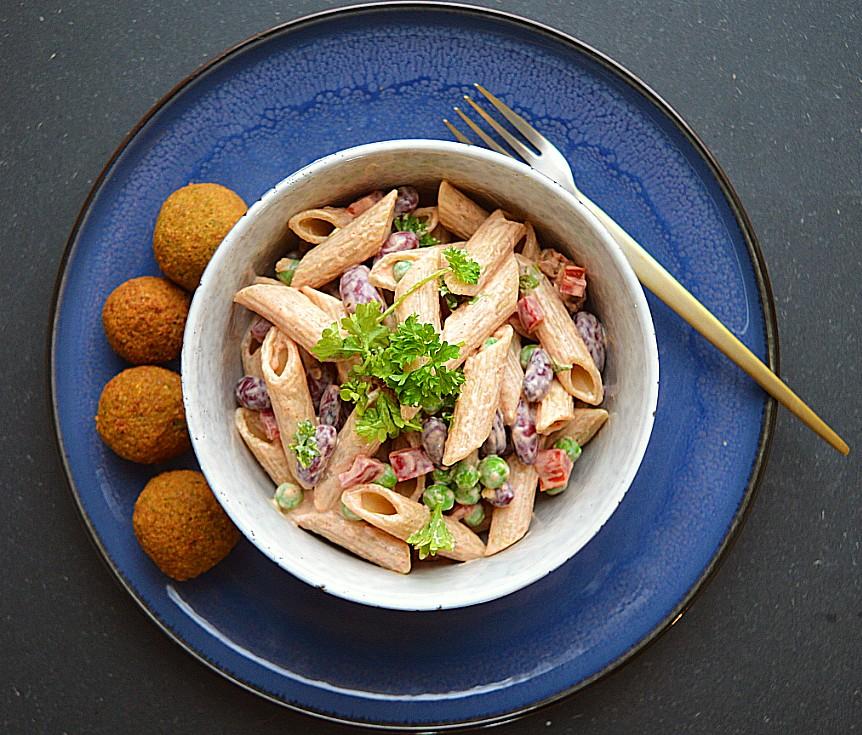 vegansk pastasalat og falafel