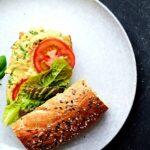 vegansk sandwich med hvide bønner avocado og basilikum