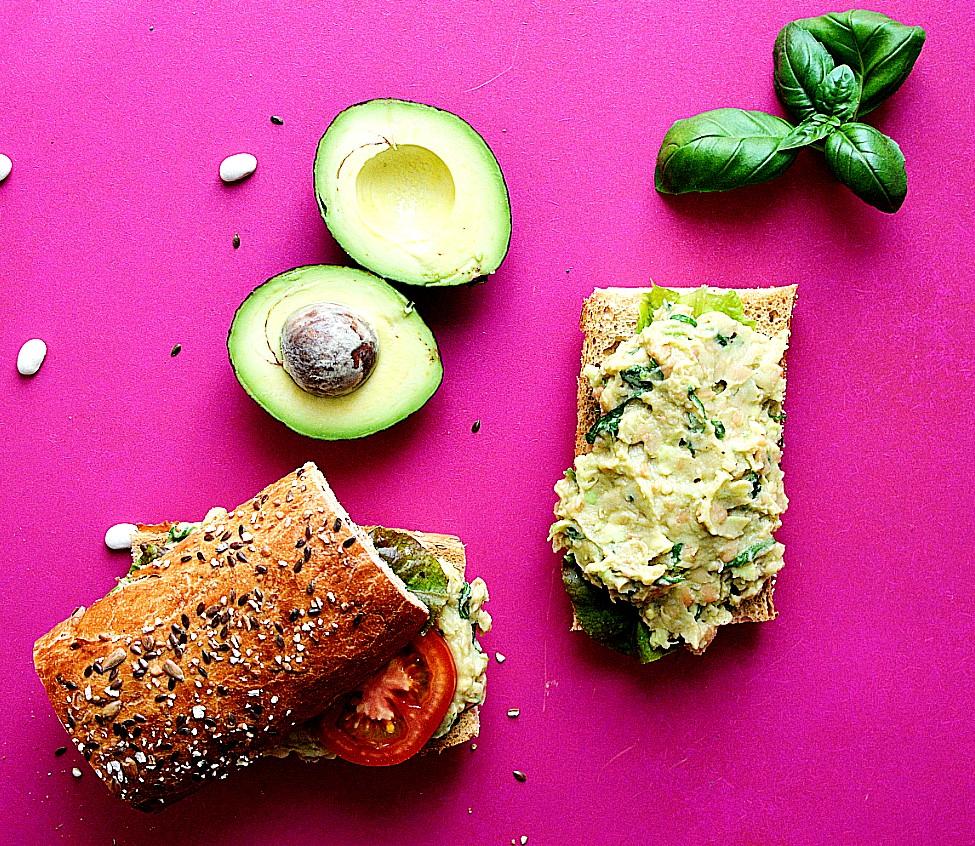 sandwich med hvide bønner, avocado og basilikum