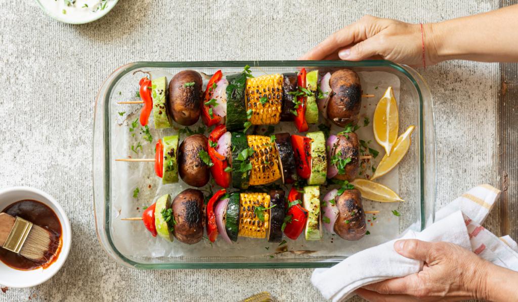 Grøntsags grillspyd med avocado dressing